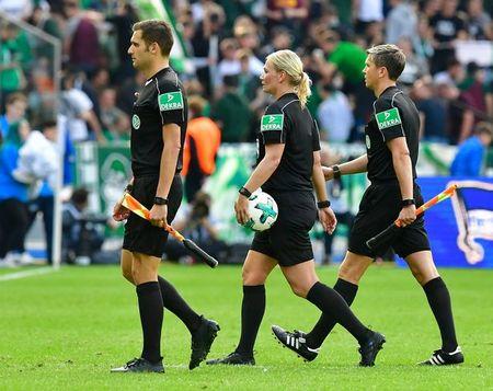 Nu trong tai dau tien cam coi o Bundesliga - Anh 2