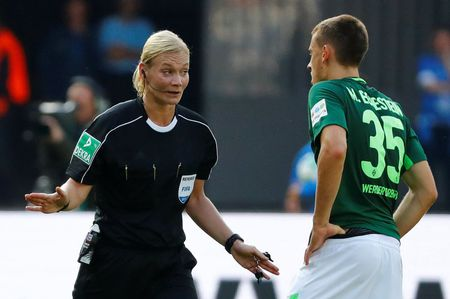 Nu trong tai dau tien cam coi o Bundesliga - Anh 3
