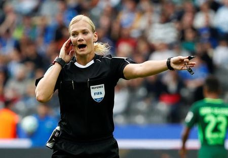 Nu trong tai dau tien cam coi o Bundesliga - Anh 4