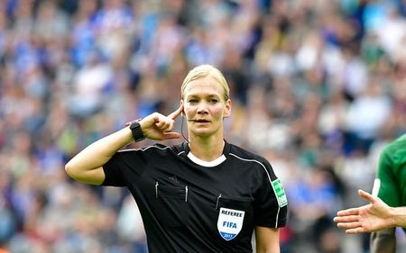 Nu trong tai dau tien cam coi o Bundesliga - Anh 5