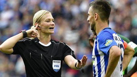 Nu trong tai dau tien cam coi o Bundesliga - Anh 7