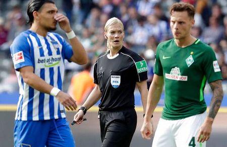 Nu trong tai dau tien cam coi o Bundesliga - Anh 8