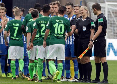 Nu trong tai dau tien cam coi o Bundesliga - Anh 9
