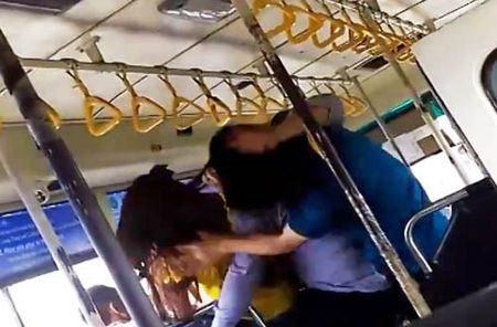 TPHCM: Phat hoang canh hanh khach 'kich chien' nhan vien xe bus - Anh 1