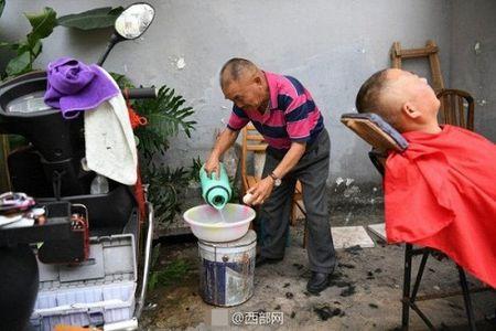 Kinh hai nguoi dan ong dung dao cao lam sach mat cho khach - Anh 1