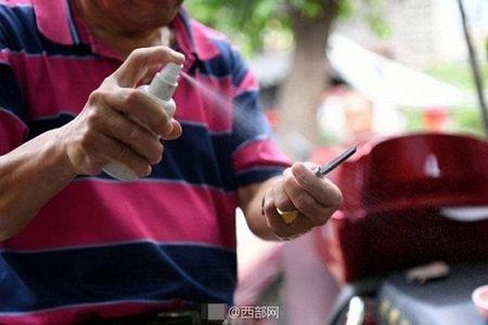Kinh hai nguoi dan ong dung dao cao lam sach mat cho khach - Anh 2