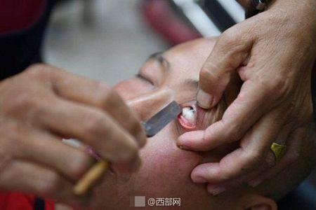 Kinh hai nguoi dan ong dung dao cao lam sach mat cho khach - Anh 5