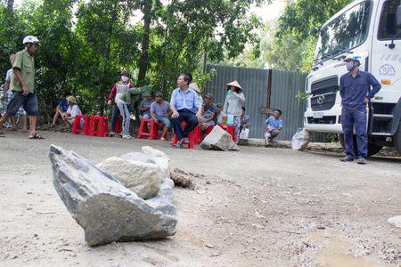 Ba Ria - Vung Tau: Nguoi dan dem da chan xe tai bam duong - Anh 2