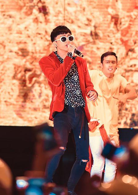 Soobin don sinh nhat ngay tren san khau cung hang nghin fan reo ho - Anh 1