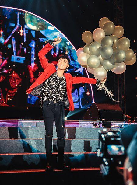 Soobin don sinh nhat ngay tren san khau cung hang nghin fan reo ho - Anh 3