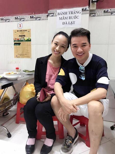 Hoa hau Phuong Nga pose hinh tuoi tan cung Dam Vinh Hung o quan an - Anh 1