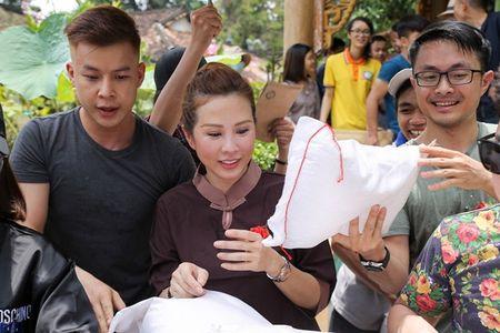 Thu Hoai mac ao lam gian di phat 1000 phan gao mien phi cho nguoi ngheo - Anh 1