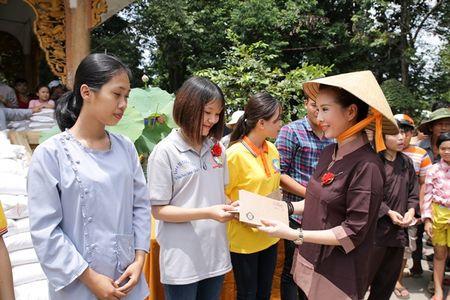 Thu Hoai mac ao lam gian di phat 1000 phan gao mien phi cho nguoi ngheo - Anh 2