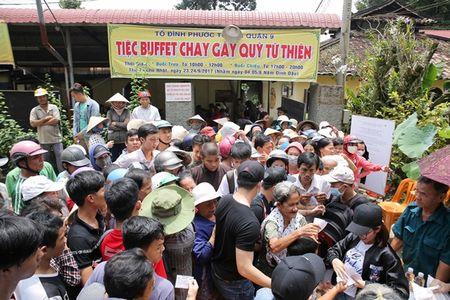 Thu Hoai mac ao lam gian di phat 1000 phan gao mien phi cho nguoi ngheo - Anh 3