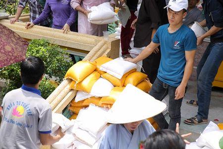 Thu Hoai mac ao lam gian di phat 1000 phan gao mien phi cho nguoi ngheo - Anh 4