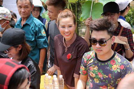 Thu Hoai mac ao lam gian di phat 1000 phan gao mien phi cho nguoi ngheo - Anh 5