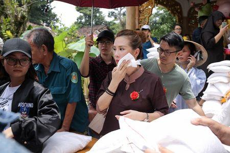 Thu Hoai mac ao lam gian di phat 1000 phan gao mien phi cho nguoi ngheo - Anh 6