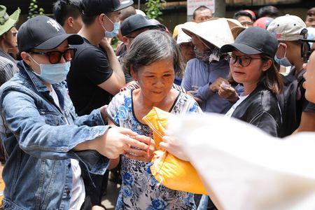 Thu Hoai mac ao lam gian di phat 1000 phan gao mien phi cho nguoi ngheo - Anh 7