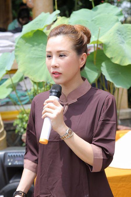 Thu Hoai mac ao lam gian di phat 1000 phan gao mien phi cho nguoi ngheo - Anh 8