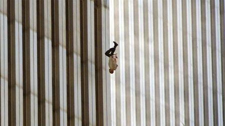 'The Falling Man' – Cau chuyen dang sau buc anh am anh nhat ve su kien 11-9 - Anh 1