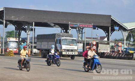 Tai xe van dua tien le qua tram BOT Bien Hoa trong sang dau tuan - Anh 1