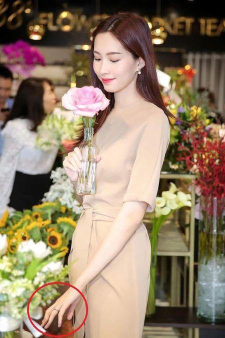 Hoa hau Dang Thu Thao kheo leo khoe nhan kim cuong dinh hon - Anh 2