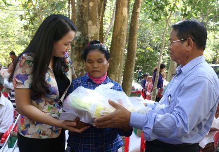 Chuyen xe huu nghi tham, tang qua cac ho dan Campuchia - Anh 1