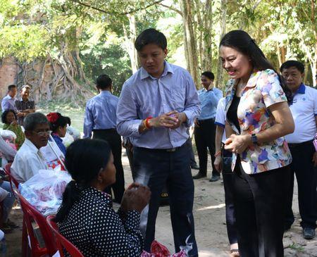 Chuyen xe huu nghi tham, tang qua cac ho dan Campuchia - Anh 2