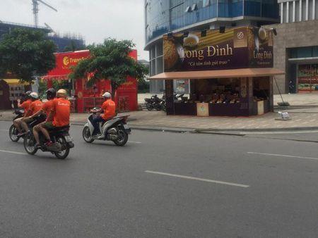 Hang loat quay banh Trung thu 'do bo', lan chiem via he thu do - Anh 5
