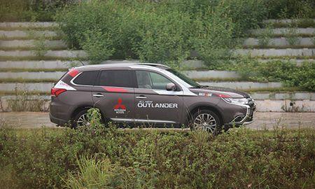 Mitsubishi Outlander giam gia con 750 trieu xa hang ton - Anh 1