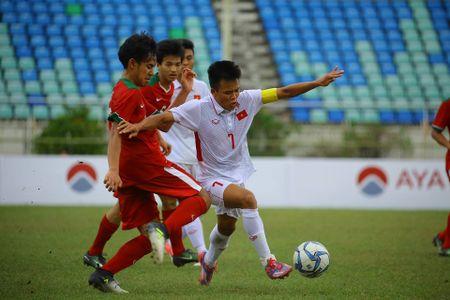 U18 Viet Nam khoa chat 'Messi Indonesia', chien thang nho khong chien - Anh 4