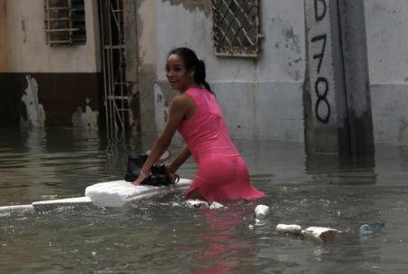 Hinh anh cuoc song cua nguoi dan Cuba trong 'bien' nuoc sau bao Irma - Anh 13