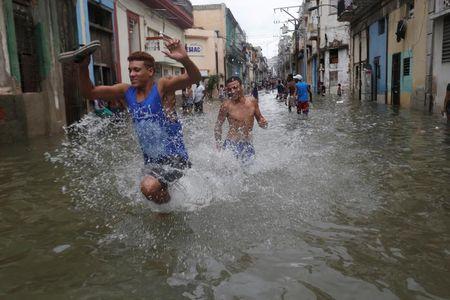 Hinh anh cuoc song cua nguoi dan Cuba trong 'bien' nuoc sau bao Irma - Anh 15