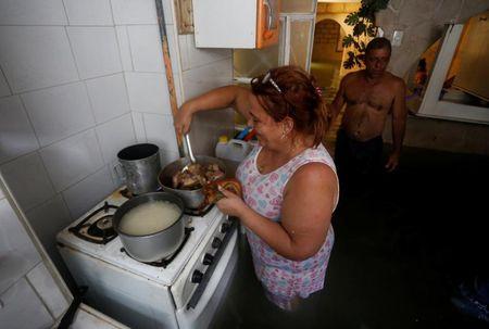 Hinh anh cuoc song cua nguoi dan Cuba trong 'bien' nuoc sau bao Irma - Anh 3
