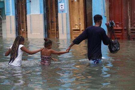 Hinh anh cuoc song cua nguoi dan Cuba trong 'bien' nuoc sau bao Irma - Anh 4
