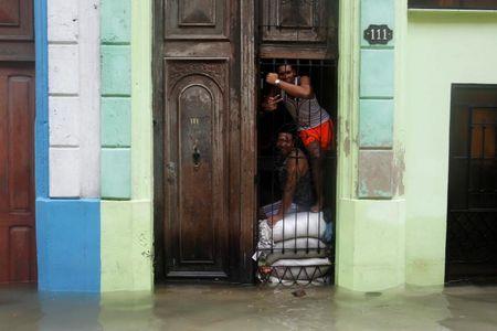 Hinh anh cuoc song cua nguoi dan Cuba trong 'bien' nuoc sau bao Irma - Anh 6