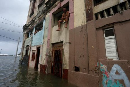 Hinh anh cuoc song cua nguoi dan Cuba trong 'bien' nuoc sau bao Irma - Anh 8