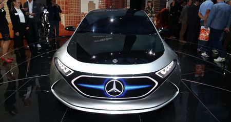 Ngam thiet ke tuong lai tren EQA concept moi cua Mercedes-Benz - Anh 2
