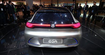 Ngam thiet ke tuong lai tren EQA concept moi cua Mercedes-Benz - Anh 3
