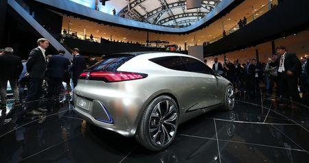 Ngam thiet ke tuong lai tren EQA concept moi cua Mercedes-Benz - Anh 6