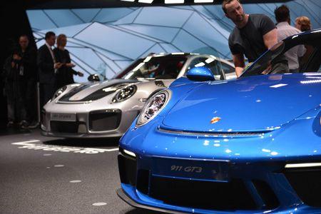 Porsche 911 GT3 cuon hut hon voi goi trang bi Touring - Anh 3