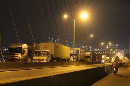 Tai nan lien hoan, 3 container dinh chat nhau tren cau Phu My - Anh 2