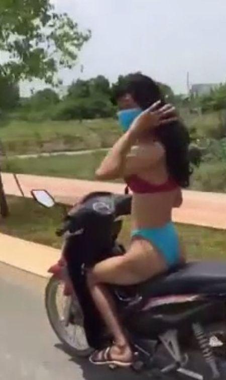 Rong ra ruot duoi hot girl mac bikini chay xe giua pho, 2 thanh nien nhan cai ket dang khi tuong tan dung nhan cua 'bong hong' - Anh 2
