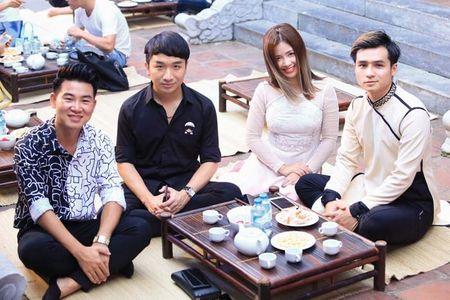 MC Phan Anh duoc de cu ton vinh nghe si tre tai dem Gio To san khau - Anh 2