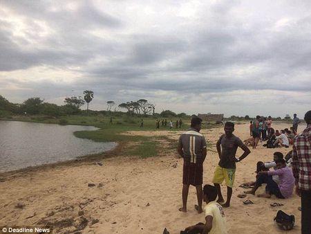 Srilanka: Nha bao Tay rua tay bi ca sau keo xuong an thit - Anh 2