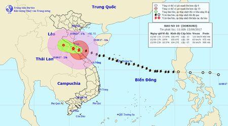 Ban tin thoi tiet 13h: Bao so 10 hoanh hanh Ha Tinh-Quang Tri, song cao hon 10 met - Anh 1