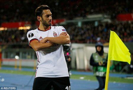 Andre Silva lap hat-trick, AC Milan khoi dau day thach thuc tai Europa League - Anh 2