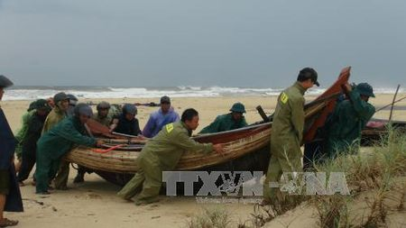 Bao so 10: Quang Tri so tan tren 20.000 nguoi dan den noi an toan - Anh 1