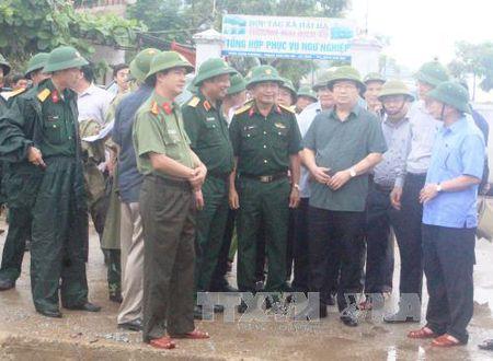 Pho Thu tuong Trinh Dinh Dung thi sat Ha Tinh ung pho voi hoan luu bao - Anh 1