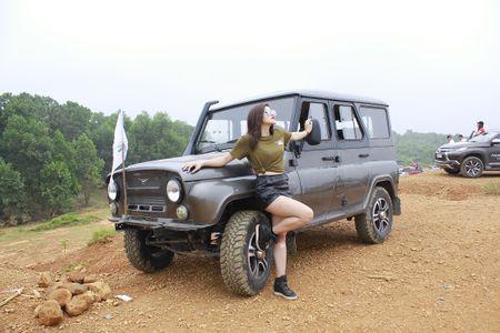 """Hotgirl Thu """"gach' do dang ben chiec xe hoai co UAZ Hunter - Anh 1"""